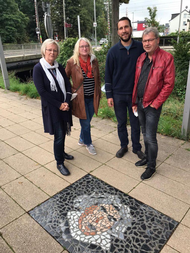 M. Jüdes-Dreesen, A. Klümper, F. Jüdes und B. Thienel stehen am Beethoven Mosaik