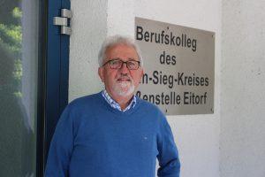 Dietmar Tendler vor dem Berufkolleg des Rhein-Sieg-Kreises, Außenstelle Eitorf